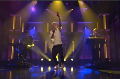Years-And-Years-King-Late-Night-With-Seth-Meyers-Desire-2015-performance